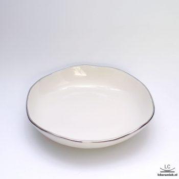 plat bord met zilveren rand