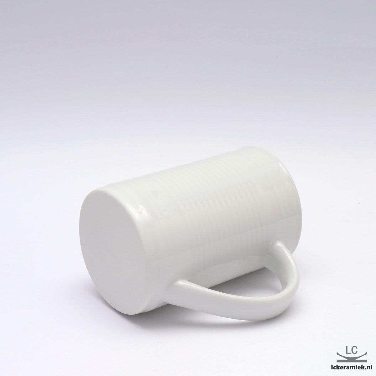 blikbeker van porselein wit