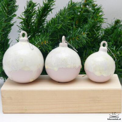 Porseleinen kerstballen rond roze-wit